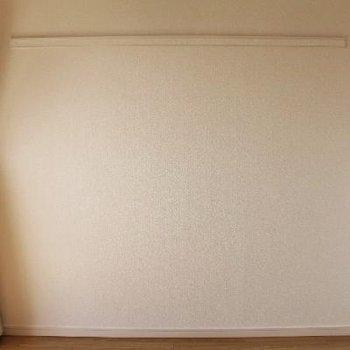 壁にはハンガーなどが掛けられる長押がついています◎