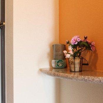 玄関には小さなシェルフ。お気に入りの小物をディスプレイ。