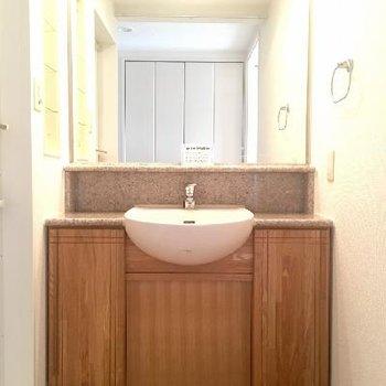 タモ無垢材の扉がかわいい大型洗面台。気合を入れておしゃれしましょう。