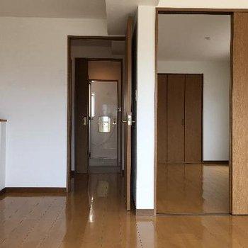 右奥は洋室、左奥がお風呂に続く廊下です