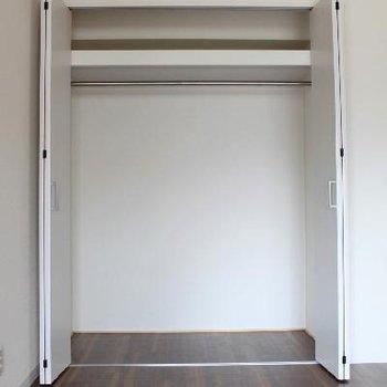 洋室にそれぞれ一つずつクローゼットがあります。
