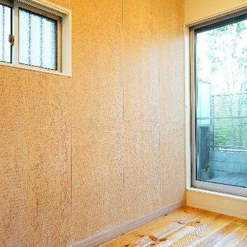 壁一面は木目アクセントで2面採光◎