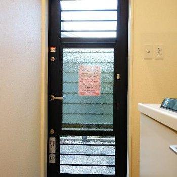 玄関扉は窓としても使えます!