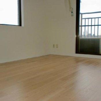 キッチン横のリビングスペース※写真は別部屋