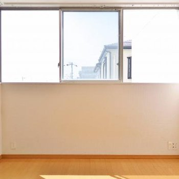 横並びの窓、床に落ちる陽だまりがいい感じ。