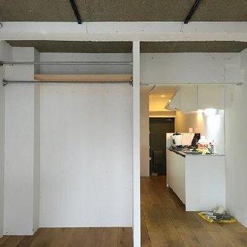 壁や天井は無骨なイメージ。※写真は別のお部屋です