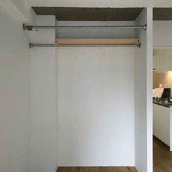 収納はオープンタイプですが手前にカーテンを垂らすこともできます※写真は別のお部屋です