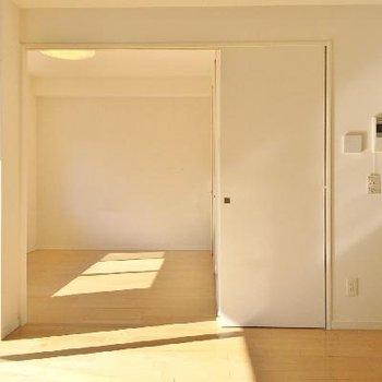 寝室は右隣、LDKも寝室も広くはないですが連結性があり、開放感があります。