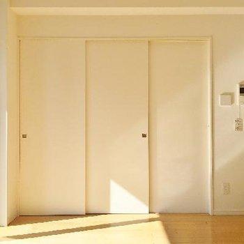 寝室の扉を閉めるとこんな感じ。プライベートを隠すことは重要ですよね。