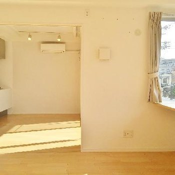 寝室から見たリビングです。あ。LDKにはエアコンがある!寝室にはエアコンがない。。
