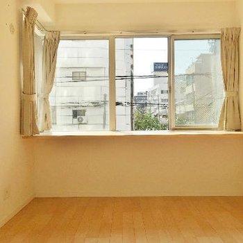 そして、寝室の窓も広い!窓の前は棚になってます。