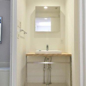 洗面台はデザインタイプ。でも鏡裏に収納もあるのでご安心を