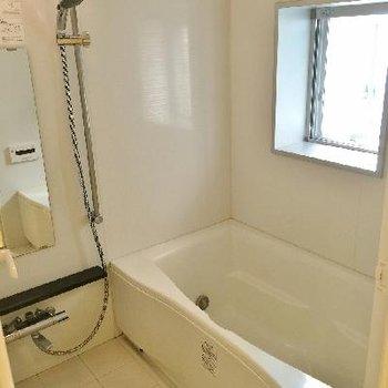 お風呂に窓あり!広い!浴室乾燥も追い焚きもあり!
