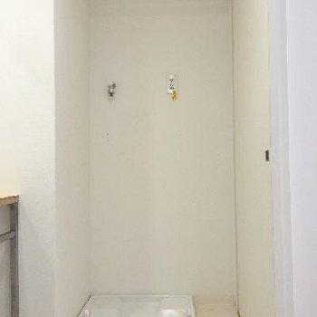 洗濯機置場は洗面台の横