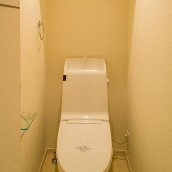 トイレにも収納棚があります。