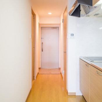キッチンの後ろは人が通れるくらいの幅です。