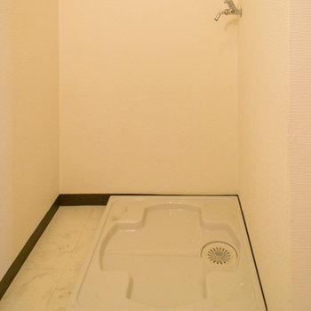 洗面台の横には洗濯機置場