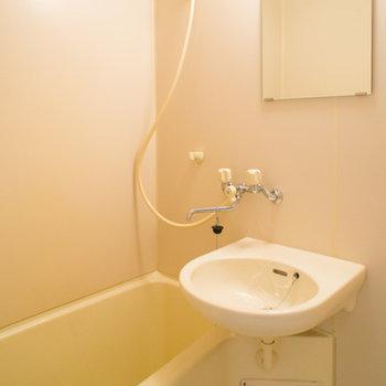 浴室に洗面台があります。