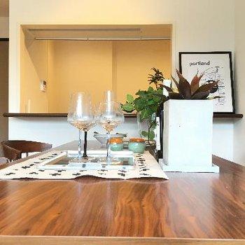 キッチン前のテーブル。料理している姿が見えます!