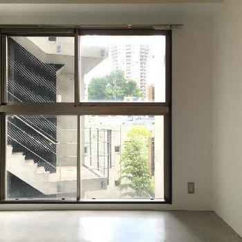 【洋室】ダイニングの反対側。階段の前になるので、カーテンが必要ですね。※写真は前回募集時のものです