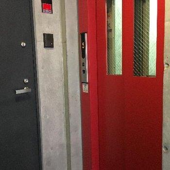 赤いエレベーター、そして1階のエントランスには。