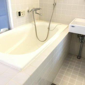 清潔感のある浴槽。バラを浮かべてみたりして。※写真は前回募集時のものです