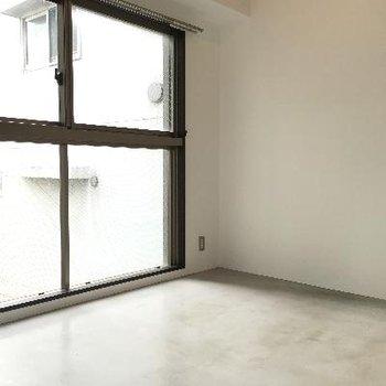 【洋室】5帖ほどですが、内装にムダが無いためか、広く感じますね。※写真は前回募集時のものです
