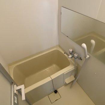 シンプルな浴槽※写真はクリーニング前です