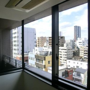 L字型に窓がくり抜かれています、。