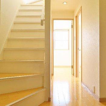 こちらの階段下のフロアへ。