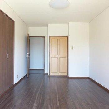 8帖の洋室。寝室かな