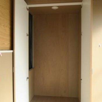 収納スペースにも小さな窓が!*写真は別部屋です