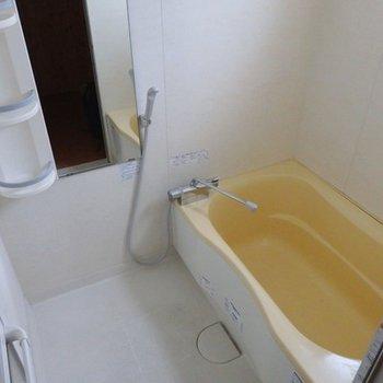 お風呂。クリーム色でした
