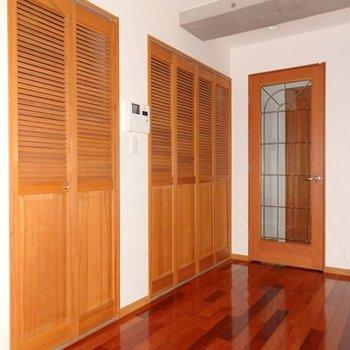 木でできた扉と飾りガラスの扉がまた良い感じです