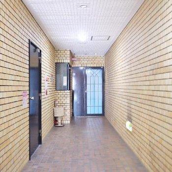 廊下はそれなりの年数が感じます。