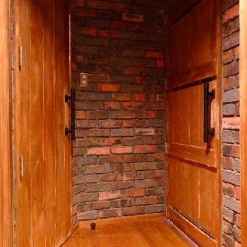 廊下部分。古材を用いた扉が重厚