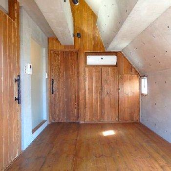 無垢床材のウッディな質感と、コンクリの締まった雰囲気が共存