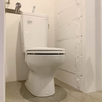 トイレは同室。