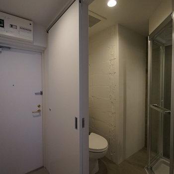 玄関よこすぐ!!トイレ!!