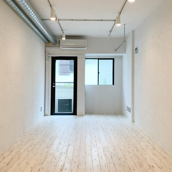 白塗装の壁と無垢床のトーンがまとまっていて印象的。