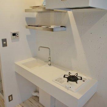 真っ白キッチン。隣は洗濯機置場