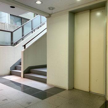 1階のエントランスです。エレベーターもあります。