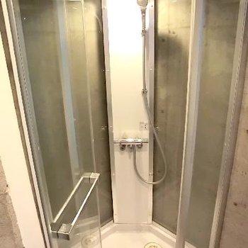 シャワーだけ!!そして丸見え。