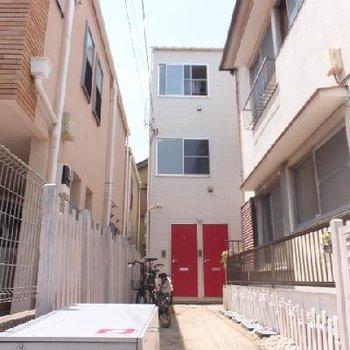 赤い玄関ドアが特徴的なデザイナーズ。