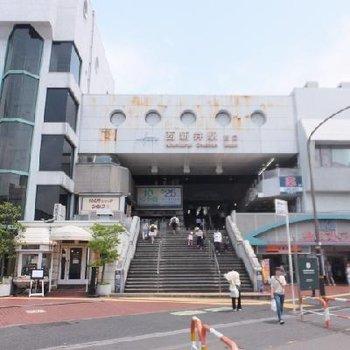 北千住から快速で1駅。西新井駅!お店がたくさんあって充実しています。