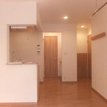 お部屋の奥行きはこんな感じ。奥に見えるドアはトイレのドアです。