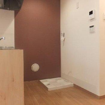キッチン後ろに洗濯機と冷蔵庫を。アクセントクロス!