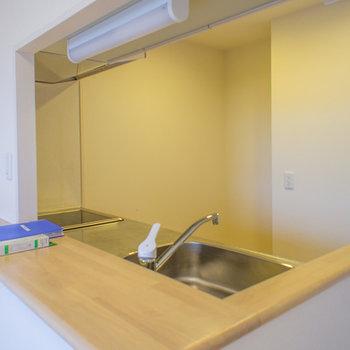 カウンターは丁度いい広さで、キッチン内は奥行きもあります。