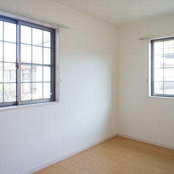 大きな窓があってこちらも明るい♪