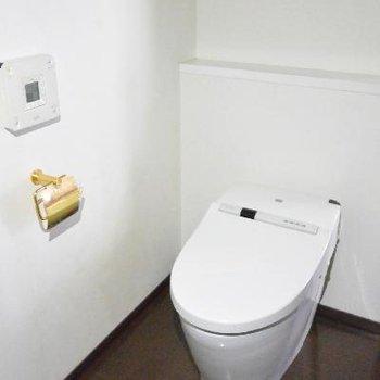トイレ、金色がポイント※画像はクリーニング前のものです